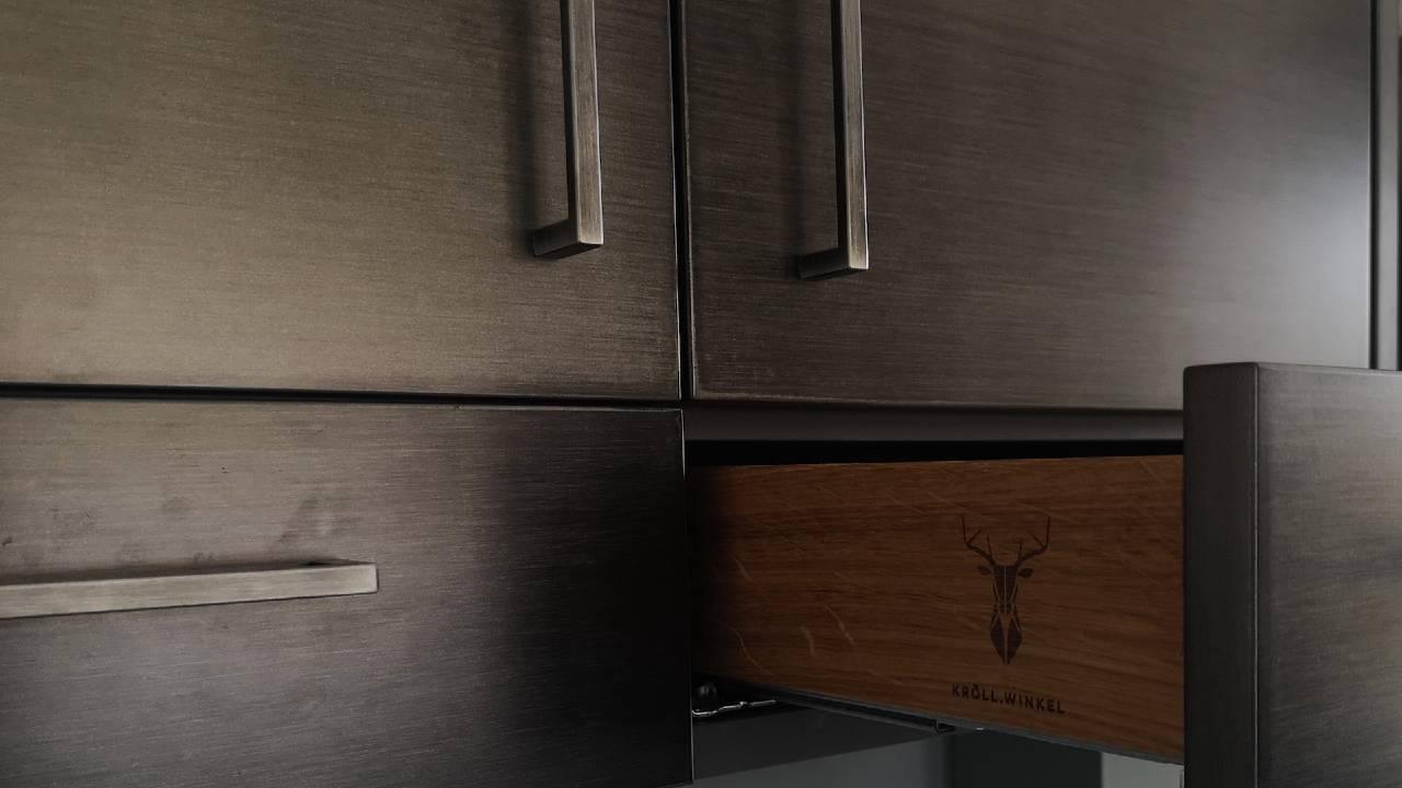 Schublade stahl Kueche mit Logo